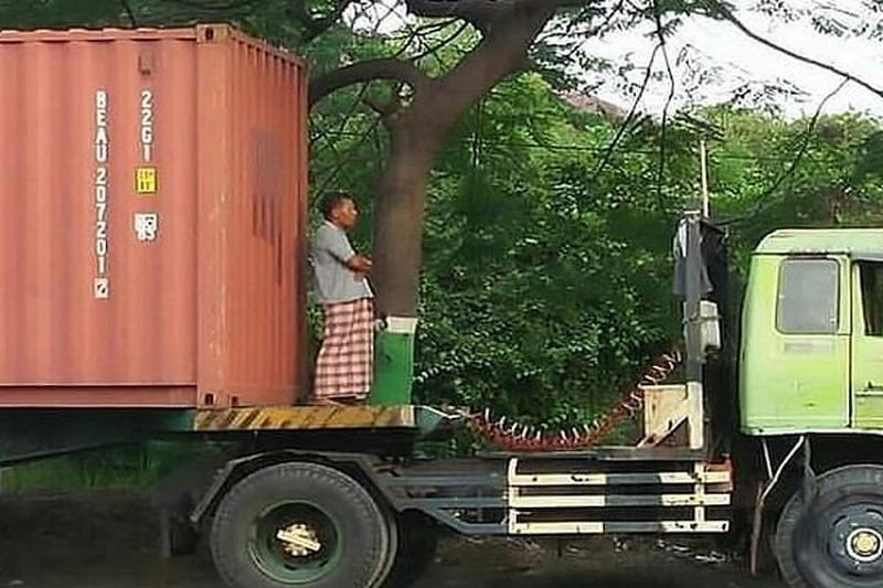 https: img-k.okeinfo.net content 2019 06 30 512 2072767 viral-pria-salat-di-truk-kontainer-tuai-pujian-pLrT9ChR5X.jpg