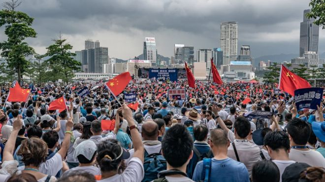 https: img-k.okeinfo.net content 2019 07 01 18 2072994 unjuk-rasa-hong-kong-ribuan-orang-turun-ke-jalan-dukung-polisi-dan-beijing-2wZIQaNnl9.jpg