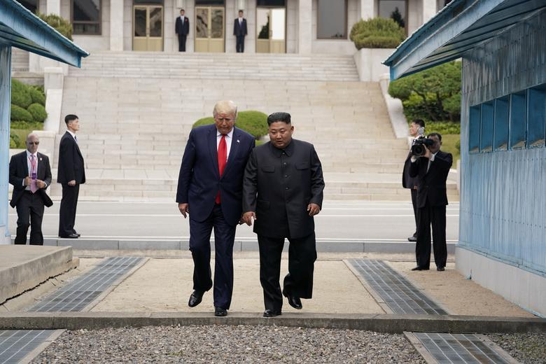 https: img-k.okeinfo.net content 2019 07 01 18 2073053 bertemu-kim-jong-un-trump-jadi-presiden-as-pertama-yang-menginjakkan-kaki-di-korut-znX3h7Wv7x.jpg