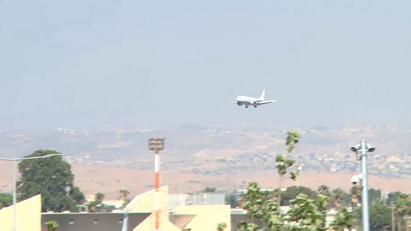 https: img-k.okeinfo.net content 2019 07 02 18 2073530 terbang-dengan-ban-yang-hancur-pesawat-berisi-152-penumpang-sukses-mendarat-di-bandara-israel-vVQ0olMZV7.jpg