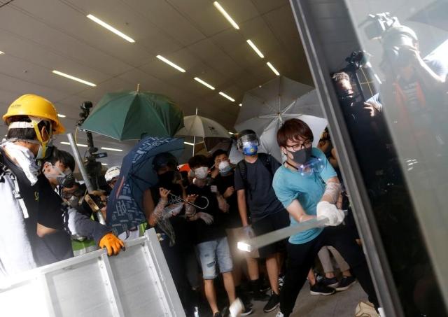https: img-k.okeinfo.net content 2019 07 02 18 2073544 polisi-usir-demonstran-yang-paksa-masuk-ke-gedung-parlemen-hong-kong-A3oPIvMxSw.jpg