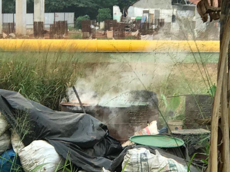 https: img-k.okeinfo.net content 2019 07 02 338 2073572 polusi-asap-pembuatan-arang-batok-di-krukut-depok-ganggu-pernafasan-warga-mpyta7V087.jpg