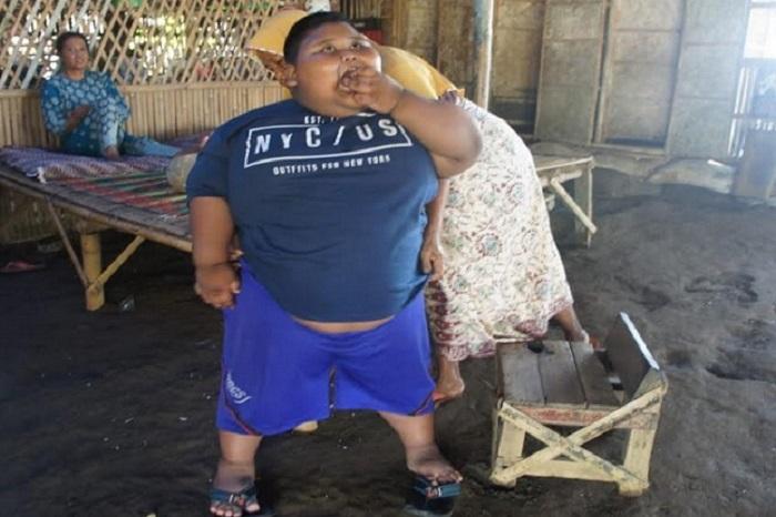 https: img-k.okeinfo.net content 2019 07 02 481 2073657 sehari-makan-6-kali-ditambah-bakso-bocah-obesitas-di-karawang-miliki-bobot-hingga-97kg-d9xwle0p2N.jpg