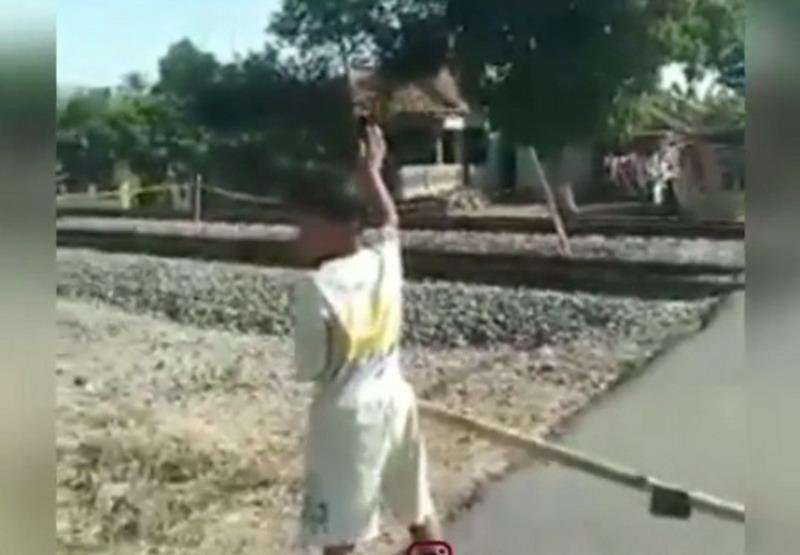 https: img-k.okeinfo.net content 2019 07 02 512 2073878 viral-anak-jadi-penjaga-lintasan-kereta-api-tuai-pujian-l9AqShqgAv.jpg