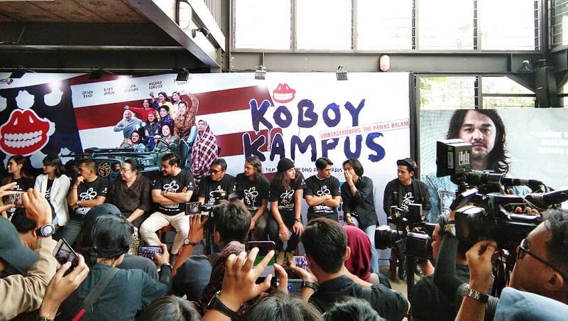 https: img-k.okeinfo.net content 2019 07 04 206 2074749 koboy-kampus-film-biopik-pidi-baiq-bersama-the-panasdalam-cgCv0hUd1I.jpg