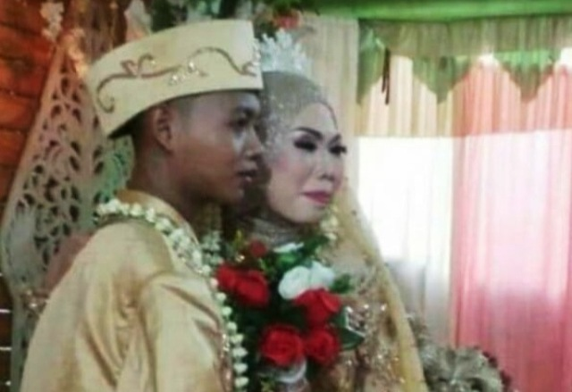 https: img-k.okeinfo.net content 2019 07 04 512 2074488 pernikahan-abg-dengan-nenek-nenek-batal-karena-keluarga-2FcyIMYfyO.jpg