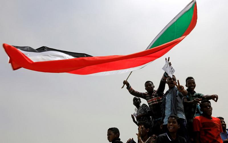 https: img-k.okeinfo.net content 2019 07 05 18 2075217 dewan-militer-sudan-dan-pihak-oposisi-capai-kesepakatan-pembagian-kekuasaan-RibKuMOL13.jpg