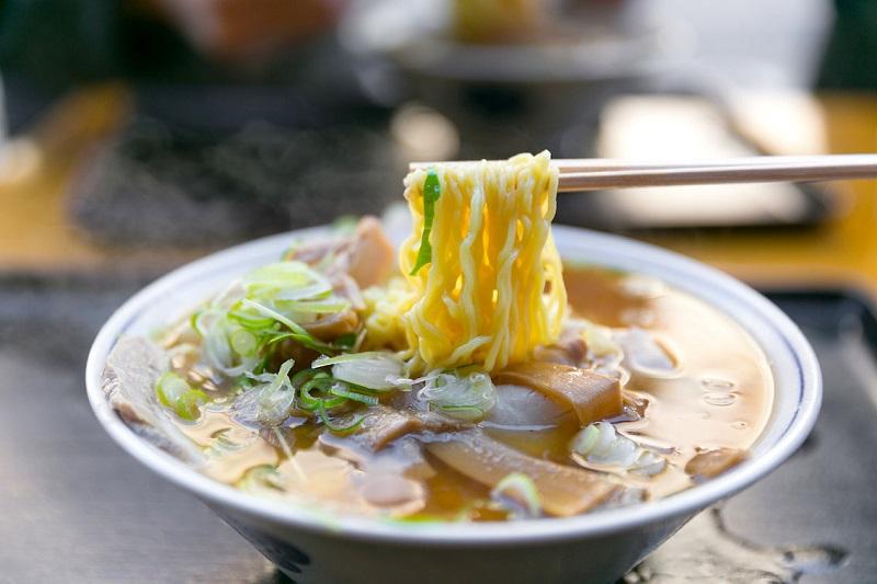 https: img-k.okeinfo.net content 2019 07 05 298 2075102 kari-dan-ramen-makanan-jepang-yang-ramah-di-lidah-orang-indonesia-OOvQpY95U8.jpg