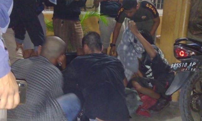 https: img-k.okeinfo.net content 2019 07 05 340 2074867 kantor-satpol-pp-padang-diserang-anak-punk-seorang-anggota-terluka-zmH4Po8aUJ.JPG