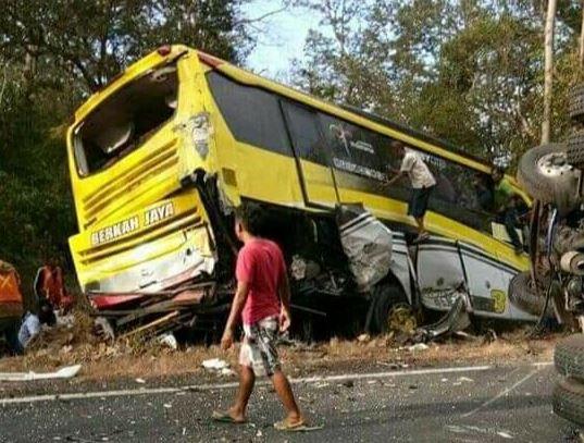 https: img-k.okeinfo.net content 2019 07 05 519 2074821 6-kendaraan-kecelakaan-beruntun-di-situbondo-1-orang-meninggal-dunia-QTgVKlrdYd.JPG