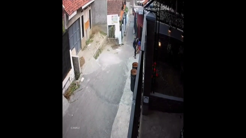 https: img-k.okeinfo.net content 2019 07 05 525 2075043 penjambret-yang-curi-hp-dua-bocah-di-bandung-berhasil-ditangkap-polisi-eDwMZuVFo6.jpg