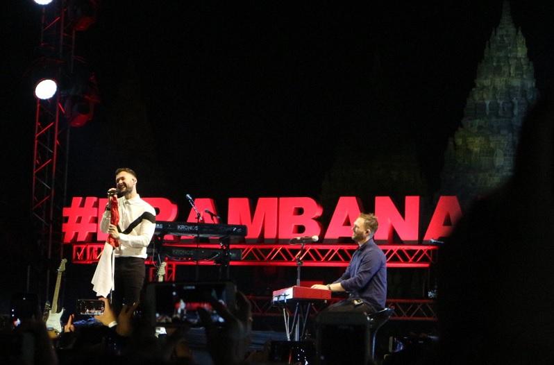 https: img-k.okeinfo.net content 2019 07 06 205 2075329 tutup-hari-1-prambanan-jazz-festival-calum-scott-bawa-bendera-merah-putih-xk6CHYw8ty.jpg