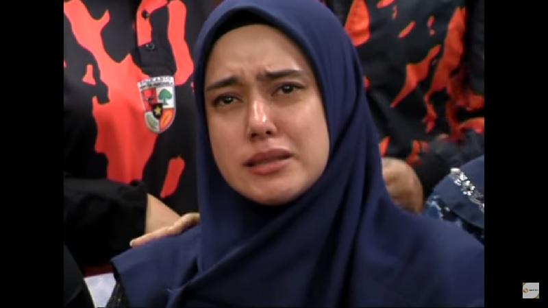 https: img-k.okeinfo.net content 2019 07 09 33 2076632 tangis-haru-fairuz-a-rafiq-di-komnas-perempuan-meminta-keadilan-hYu01eSOCk.jpg