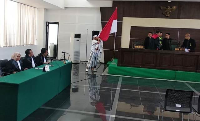 https: img-k.okeinfo.net content 2019 07 09 525 2076559 usai-divonis-3-tahun-penjara-habib-bahar-cium-bendera-indonesia-xBxfKXY183.jpg