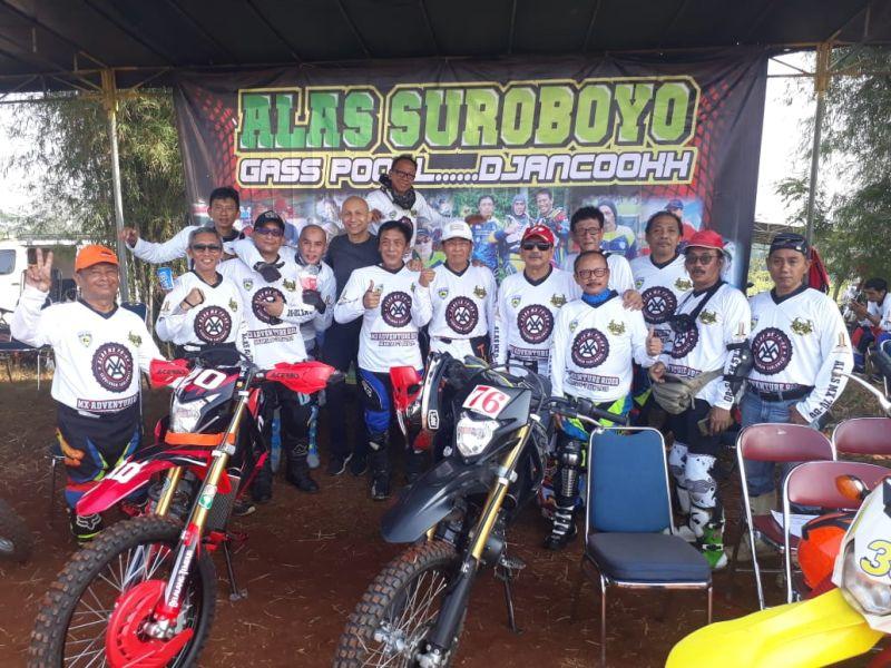 https: img-k.okeinfo.net content 2019 07 10 199 2077239 komunitas-motocross-mantan-pembalap-uji-ketangguhan-di-trek-tanah-9sAEcrA0He.jpg