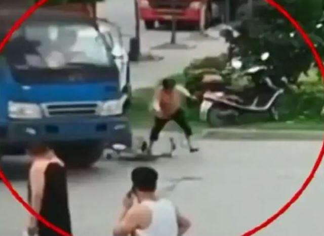 https: img-k.okeinfo.net content 2019 07 11 18 2077488 ingin-menipu-perempuan-ini-pura-pura-tertabrak-truk-Xi8k4oGCdw.JPG