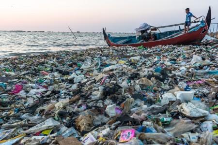 https: img-k.okeinfo.net content 2019 07 12 337 2078221 masalah-sampah-plastik-di-indonesia-apa-yang-harus-dilakukan-milenial-PVM9STw4wc.jpg