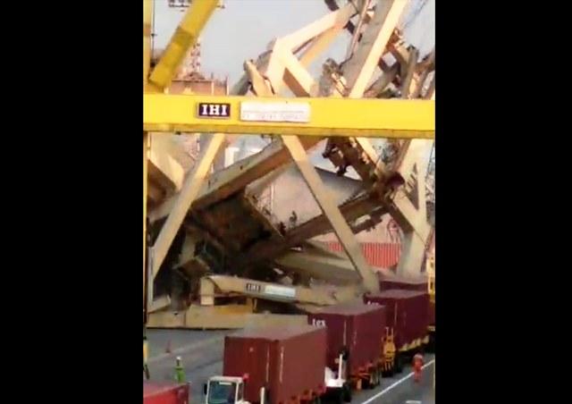 https: img-k.okeinfo.net content 2019 07 14 512 2078807 kapal-muatan-peti-kemas-hantam-crane-pelabuhan-tanjung-emas-semarang-Br1j21mNpL.jpg