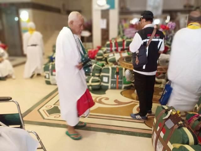https: img-k.okeinfo.net content 2019 07 15 398 2078951 54-508-jamaah-haji-tiba-di-arab-saudi-1-679-digeser-ke-makkah-hari-ini-sl3jsFT2w6.jpg