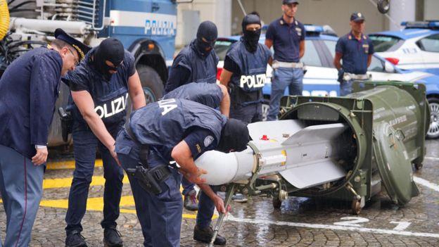 https: img-k.okeinfo.net content 2019 07 16 18 2079487 gerebek-kelompok-neo-nazi-polisi-italia-temukan-senjata-dan-rudal-canggih-iKiB1yWUJK.jpg
