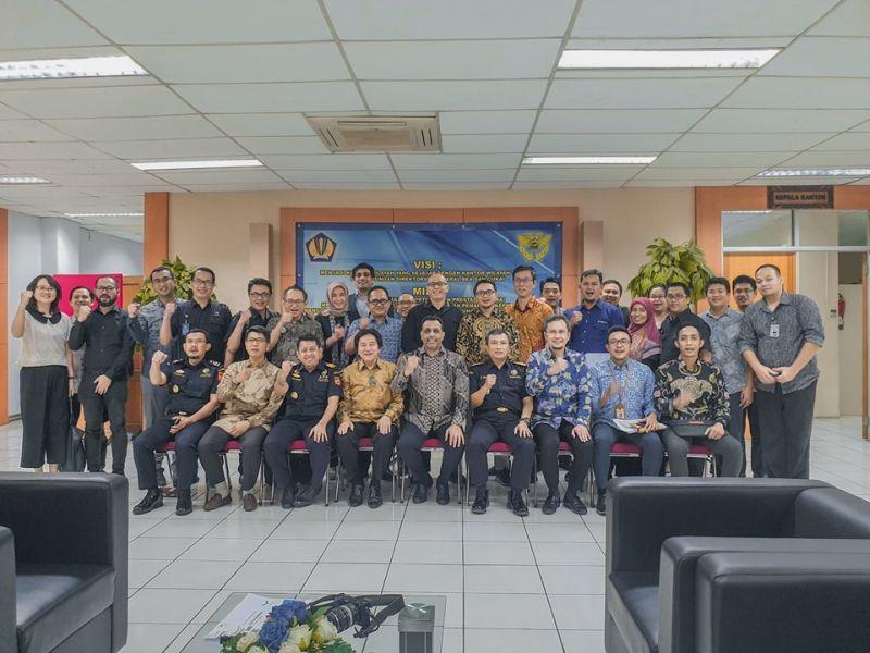 https: img-k.okeinfo.net content 2019 07 24 320 2083160 bea-cukai-terbitkan-izin-plb-barang-jadi-non-mmea-pertama-di-indonesia-R6aMsPUUYm.jpg