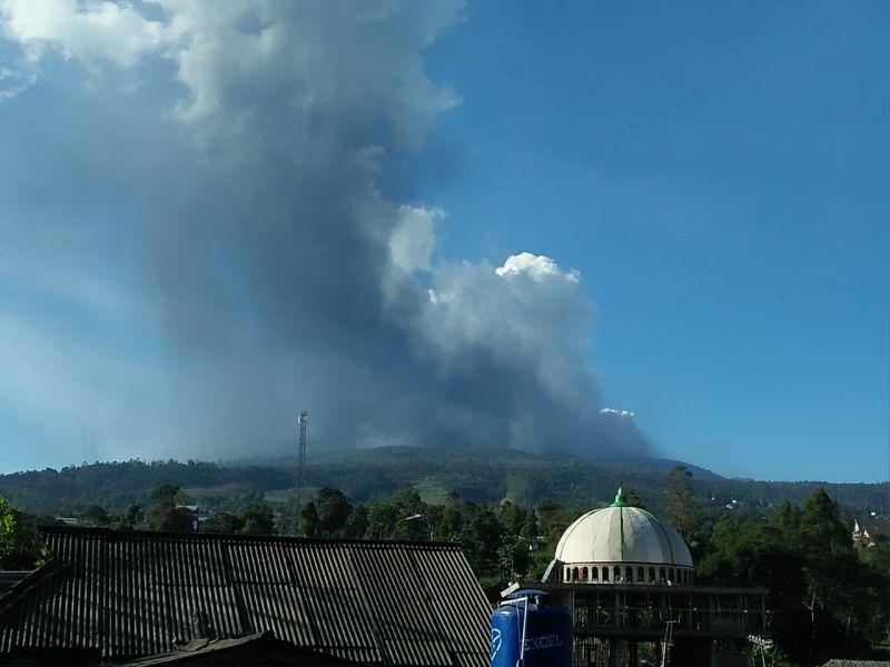 https: img-k.okeinfo.net content 2019 07 26 525 2084040 pasca-gunung-tangkuban-parahu-erupsi-masyarakat-dan-pengunjung-dievakuasi-dari-kawah-1bSF7MLjSH.jpg