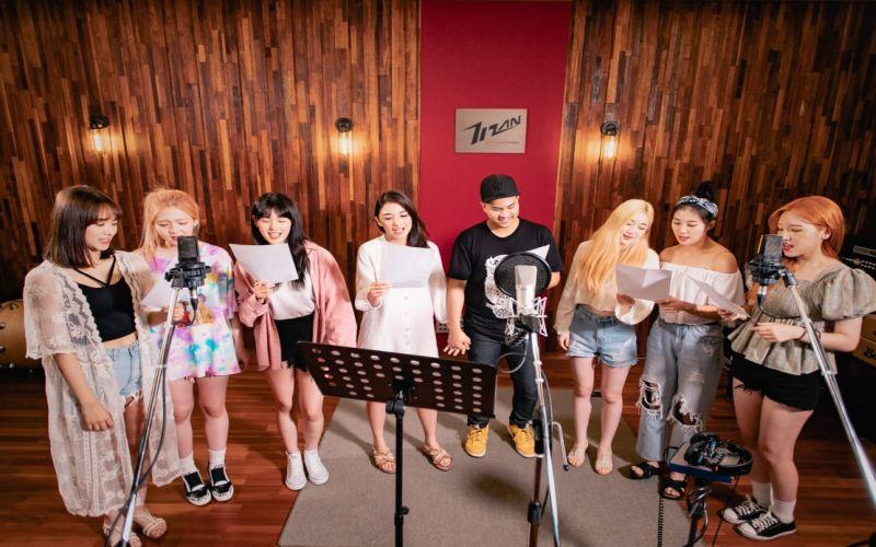 https: img-k.okeinfo.net content 2019 07 29 205 2084923 pengalaman-berkesan-glenn-alinskie-tampil-di-video-klip-bareng-girlband-korea-Lxm6pGhIR3.jpg