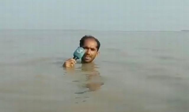 https: img-k.okeinfo.net content 2019 07 30 18 2085614 totalitas-jurnalis-tv-pakistan-tetap-liputan-meski-terendam-banjir-hingga-leher-nOA83sXW3b.jpg