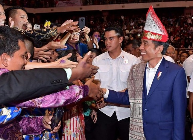 https: img-k.okeinfo.net content 2019 07 30 194 2085546 5-momen-presiden-jokowi-tampil-mengenakan-kain-ulos-jll0yWzPtx.jpg