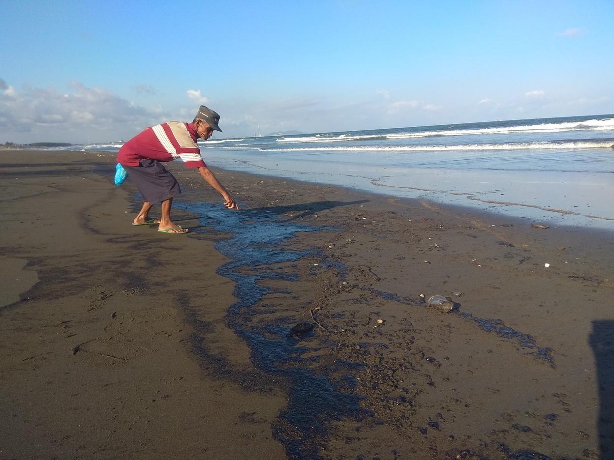 https: img-k.okeinfo.net content 2019 08 01 512 2086376 pantai-dan-perairan-cilacap-tercemar-minyak-hitam-loPEDS5Aan.jpg