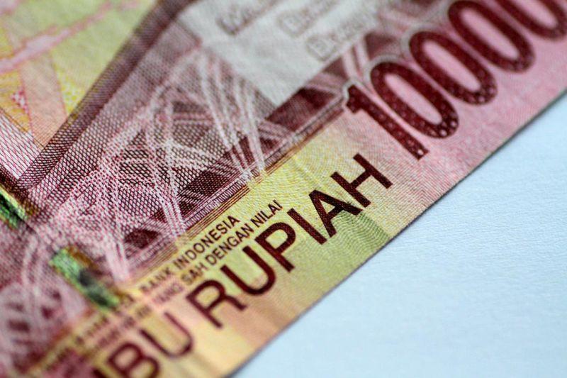 https: img-k.okeinfo.net content 2019 08 05 278 2087971 ekonomi-semester-i-2019-melambat-rupiah-anjlok-ke-rp14-255-usd-Y8ITtnJwkR.jpg