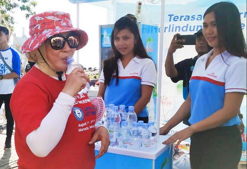 https: img-k.okeinfo.net content 2019 08 05 481 2088035 le-minerale-kembali-dukung-wanita-selam-indonesia-pecahkan-guiness-world-record-jrHMLukTFo.jpg