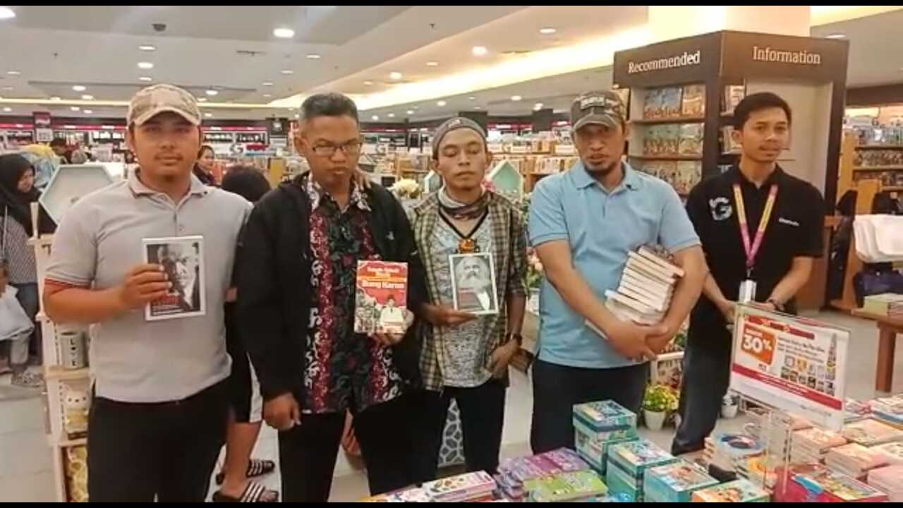https: img-k.okeinfo.net content 2019 08 05 609 2087778 sekelompok-orang-razia-buku-berpaham-kiri-di-gramedia-makassar-43PAHOBSTN.jpg