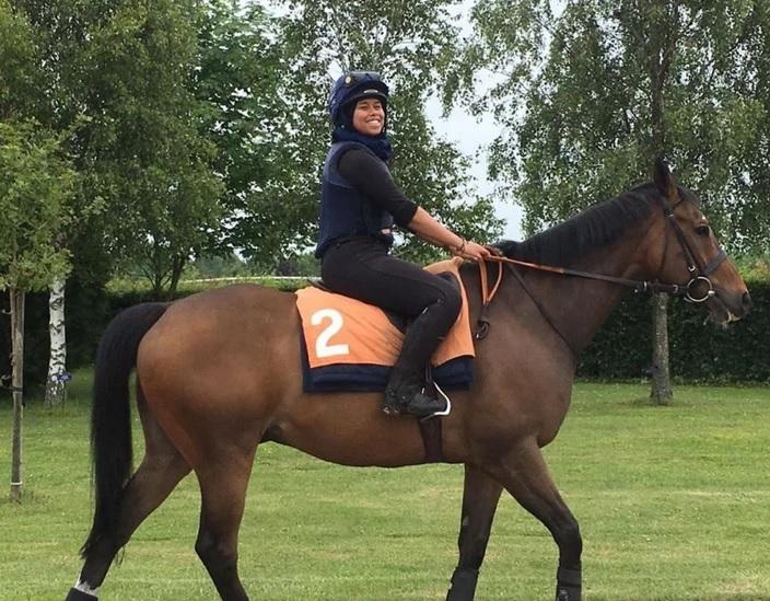 https: img-k.okeinfo.net content 2019 08 06 614 2088217 ukir-sejarah-khadijah-mellah-jadi-atlet-berhijab-pertama-juarai-joki-kuda-di-inggris-RhVAzot4rm.jpg