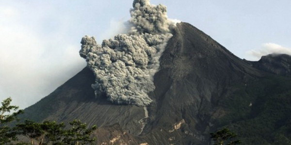 https: img-k.okeinfo.net content 2019 08 08 510 2089581 gunung-merapi-semburkan-awan-panas-guguran-sejauh-800-meter-MuMjgOlKuO.jpg