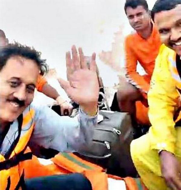 https: img-k.okeinfo.net content 2019 08 10 18 2090223 selfie-saat-kunjungi-korban-banjir-menteri-india-dihujani-kritik-dU0PQ6ovr5.jpg