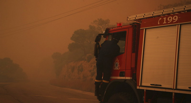 https: img-k.okeinfo.net content 2019 08 12 18 2090868 ratusan-pasukan-pemadam-dikerahkan-untuk-atasi-kebakaran-hebat-di-pinggiran-athena-TnByYA1U7l.jpg