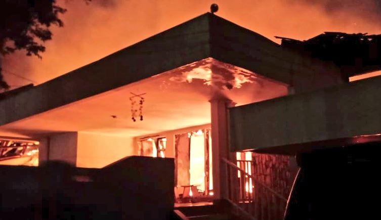 https: img-k.okeinfo.net content 2019 08 12 338 2090680 api-lahap-rumah-di-kemang-timur-16-unit-damkar-diterjunkan-62bN0MVGrv.JPG