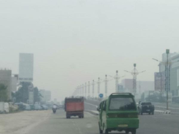 https: img-k.okeinfo.net content 2019 08 12 340 2090774 usai-diguyur-hujan-sebentar-kabut-asap-di-pekanbaru-makin-pekat-RAbfNay9cW.jpg