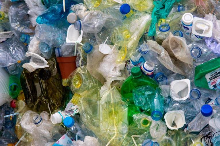 https: img-k.okeinfo.net content 2019 08 13 1 2091378 berkomitmen-atasi-masalah-sampah-plastik-unilever-lakukan-upaya-dari-hulu-ke-hilir-Qg7EhgWvMy.jpg