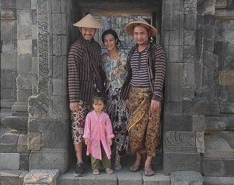 https: img-k.okeinfo.net content 2019 08 13 406 2091375 kenalkan-budaya-jawa-sejak-dini-atiqah-hasiholan-dan-rio-dewanto-ajak-salma-liburan-ke-prambanan-iadDsfXkfq.jpg