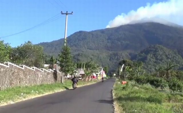 https: img-k.okeinfo.net content 2019 08 13 525 2091196 kebakaran-hutan-gunung-ciremai-meluas-hingga-500-hektare-pendakian-masih-ditutup-8Ry8CBvdDf.jpg
