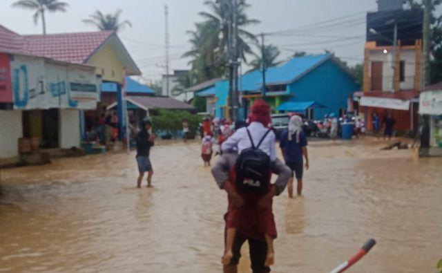 https: img-k.okeinfo.net content 2019 08 14 340 2091807 banjir-rendam-puluhan-rumah-di-dusun-mamolo-nunukan-a4zqwZ8S4i.jpg
