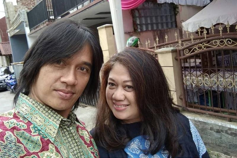 https: img-k.okeinfo.net content 2019 08 15 33 2092258 bikin-haru-istri-bagikan-foto-pernikahan-dengan-almarhum-agung-hercules-wcSd0ewzIq.jpg