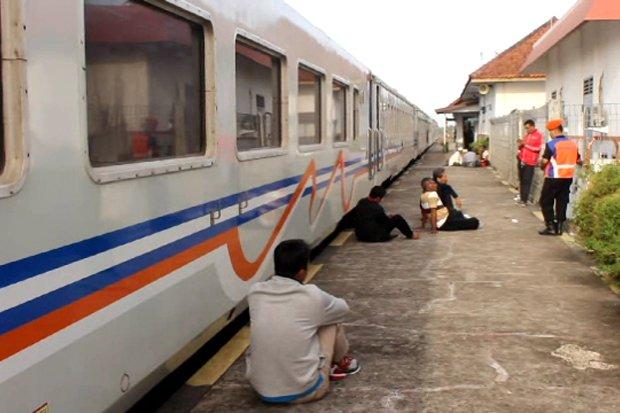 https: img-k.okeinfo.net content 2019 08 15 525 2092122 kereta-api-galunggung-relasi-bandung-tasikmalaya-anjlok-YHgX4vPY2o.jpg