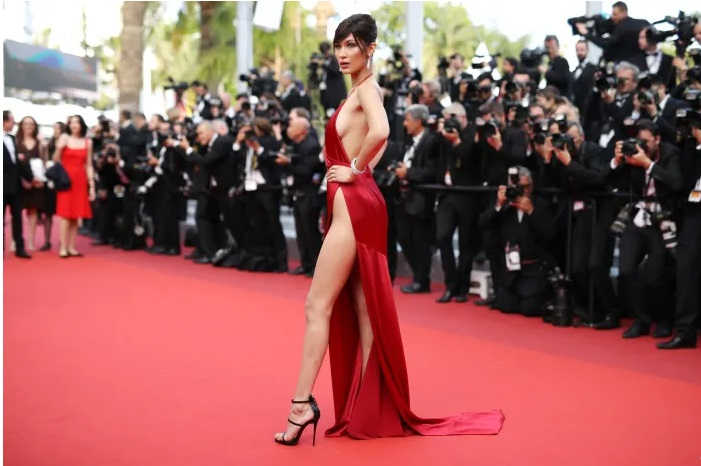 https: img-k.okeinfo.net content 2019 08 16 194 2092866 momen-celana-dalam-bella-hadid-mengintip-di-red-carpet-QZO5DV1LcB.jpg