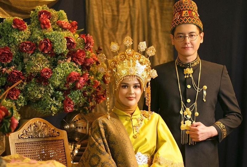 https: img-k.okeinfo.net content 2019 08 16 33 2092724 mohon-izin-menikah-pada-orangtua-cut-meyriska-berurai-air-mata-9oSmconZqC.jpg