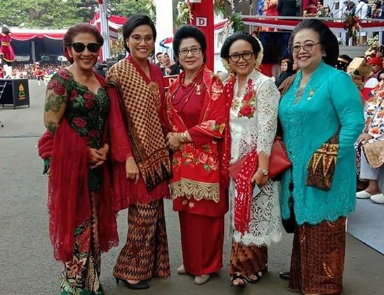 https: img-k.okeinfo.net content 2019 08 17 320 2093210 berkacamata-hitam-ini-potret-susi-pudjiastuti-bersama-istri-menteri-di-istana-9YAyUXjTQR.png