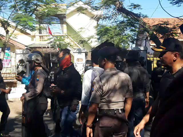 https: img-k.okeinfo.net content 2019 08 17 519 2093280 polisi-tembakkan-gas-air-mata-ke-asrama-mahasiswa-papua-di-surabaya-43-orang-diamankan-4dtOaXesVL.jpg