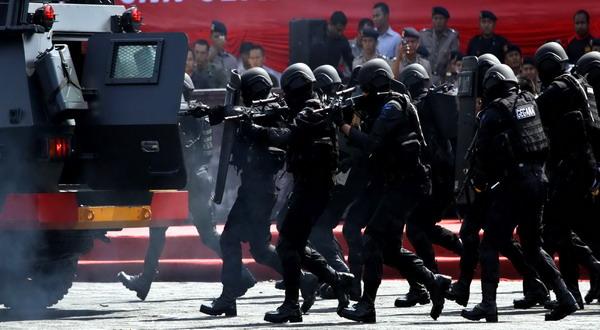 https: img-k.okeinfo.net content 2019 08 17 519 2093344 pelaku-penyerangan-2-polisi-di-mapolsek-wonokromo-dibawa-densus-88-nPbuU7aOlP.jpg